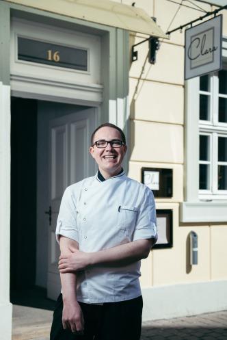 """Sternekoch Johannes Wallner (27) vor dem Gourmet-Restaurant """"Clara"""". Foto: Steve Bauerschmidt"""
