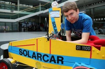 Jens mit seinem Solarcar.
