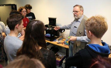 Bernd Vogt vom Solardorf Kettmannshausen erklärt den 3D-Drucker.