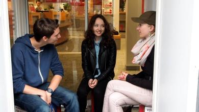 Film ab! Dreh am EVAG-Mobilitätszentrum mit Alina und Sabrina (v. l.)