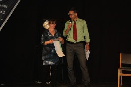 Jetzt werden die Sieger prämiert: Christina Barthel mit Marco Schmidt, Geschäftsführer der SWE Stadtwirtschaft GmbH