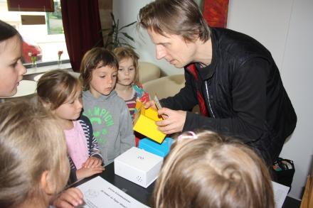 Theaterleiter Heinrich Kus im Spiel mit den Kindern.