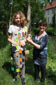 Ronja probiert das Partykleid aus, zusammen mit Christina Barthel.