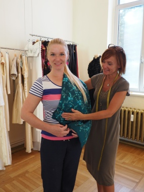 Stoffauswahl im Modeatelier mit Designerin Alexandra Friske