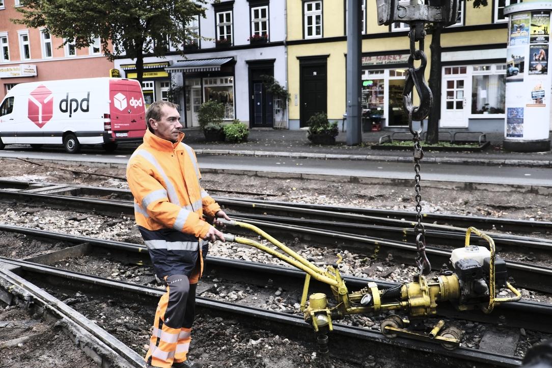 Frank Lauße beim Einsetzen der Schraubmaschine zur Lösung der Schienenbefestigungsmittel