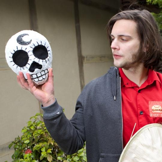Beastman zeigt seine Maske