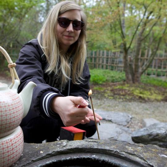 Anja Schlegel entzündet Räucherstäbchen