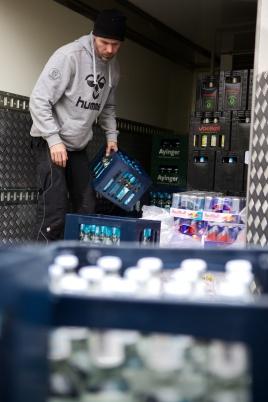 Daniel Andrä entlädt den Getränkekühler