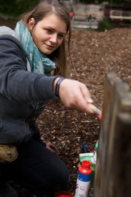 Melanie London streicht einen Papierkorb