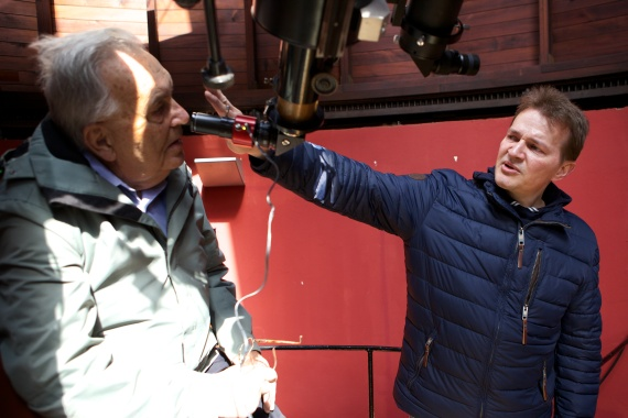 Jan Lalek erklärt Johann Kuhn den Blick durch den Refraktor
