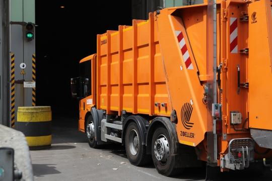 Müllsammelfahrzeug an der Luftschleuse