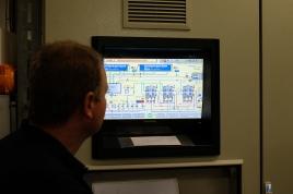 Dirk Schaller am Computer: Hier kann das gesamte Bad angesteuert werden.