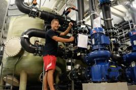 Im Hintergrund: Die großen Filter zur Aufbereitung des Badewassers.