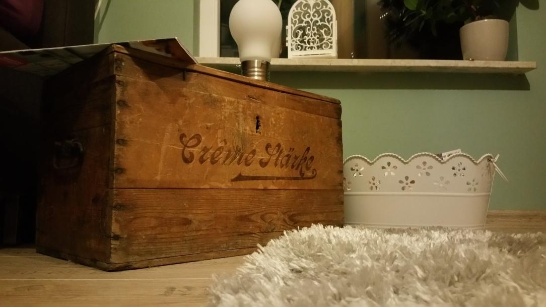 Alte Kiste: prima Nachttisch mit Stauraum.