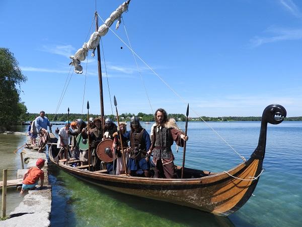 Wikinger stehend im Boot