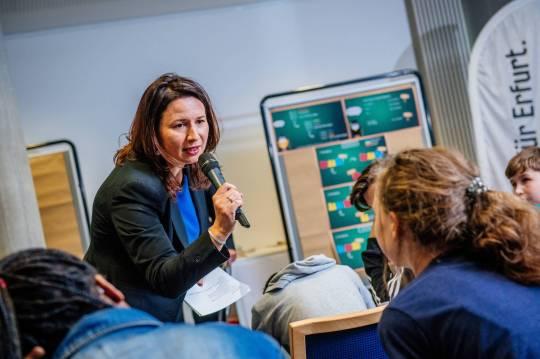 Anja Siegesmund im Gespräch mit den Schülern.