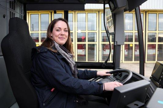 Maria Malcherek am Lenkrad des EVAG Busses. Gleich geht es zum Kegeln.