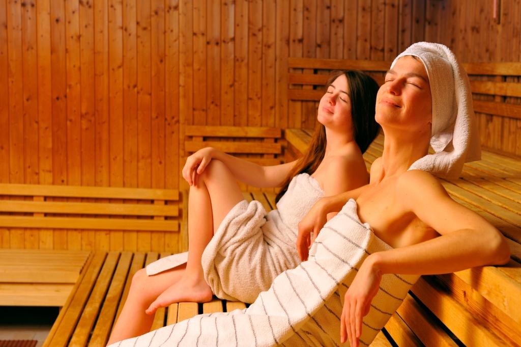 0012_Sauna_JungeFrauen
