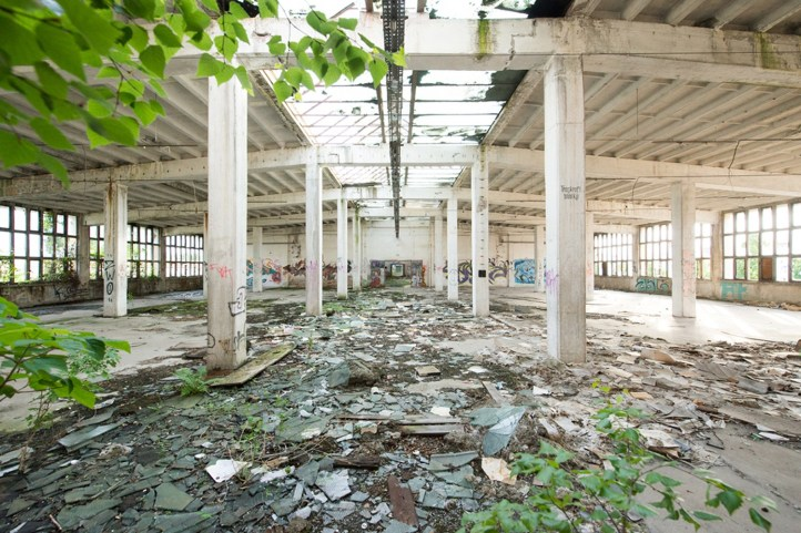 Scherben, Unkraut und Verwüstung. So sah die Halle vor der Sanierung aus.