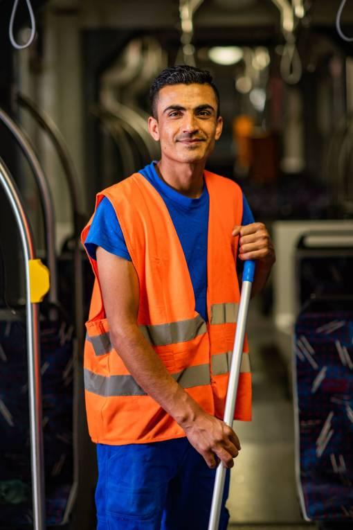Tokhi Saduzhi bei der Nassreinigung der Bahn.