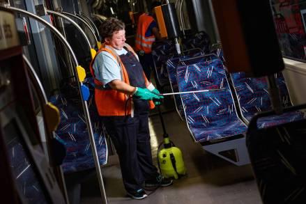 Jana Hinz reinigt die Sitzpolster