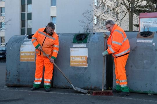 Ordnung muss sein. Die Kollegen der SWE Stadtwirtschaft säubern einen Containerplatz in Erfurt.