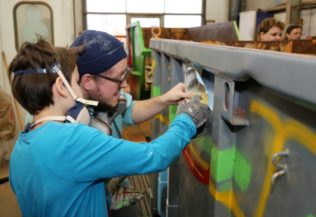Schüler gestalten Abfall-Container