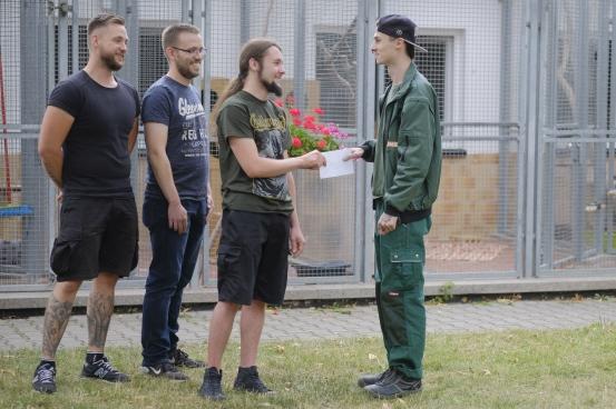 Christian R., Tim und Christian O. übergeben die Spende an Jonas vom Tierheim