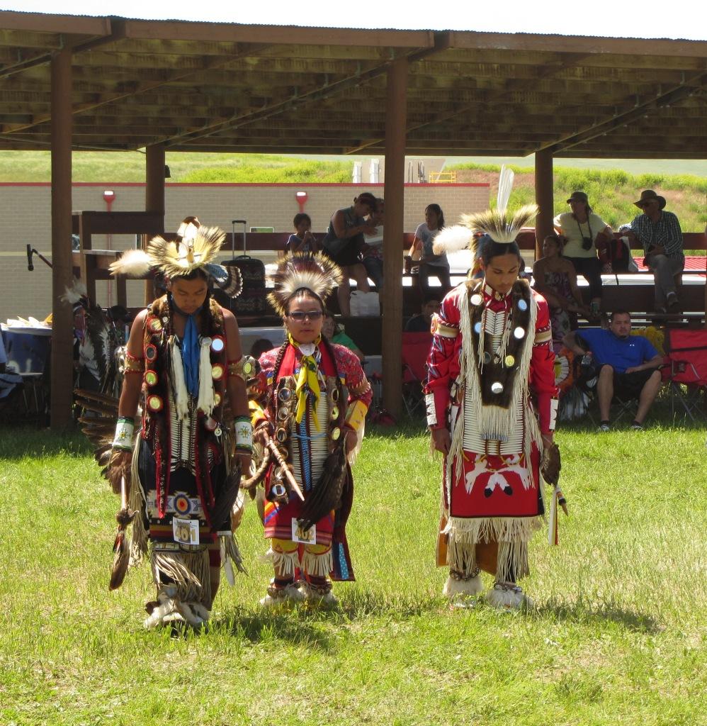 Robert Looks Twice (rechts) Kyle College Powwow 2014
